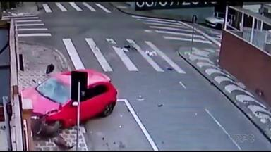 Motociclista fica presa embaixo de carro após uma batida - O acidente foi em Ponta Grossa.