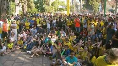 Torcedores acompanham jogo da seleção brasileira em praça no centro de Alfenas (MG) - Torcedores acompanham jogo da seleção brasileira em praça no centro de Alfenas (MG)