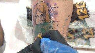 Manicure de Joinville faz tatuagem do 'torcedor misterioso': 'Não me arrependo' - Manicure de Joinville faz tatuagem do 'torcedor misterioso': 'A torcida é pelo hexa, não me arrependo'