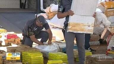 6 toneladas de droga são apreendidas em Botucatu - Segundo a Polícia, trata-se da maior apreensão do ano. O caminhoneiro vinha do Mato Grosso do Sul e disse que recebeu 10 mil reais para transportar a droga.