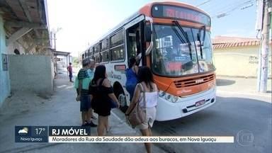 RJ Móvel em Niova Iguaçu fechando calendário na Ruia da Saudade - Moradores cobravam asfalto na rua. Problema resolvido.