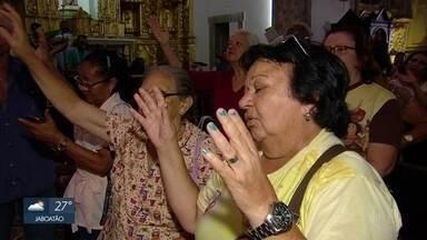Nossa Senhora do Carmo ganha homenagens no Centro do Recife - Fieis acompanharam missas e atividades na área externa da basílica da Padroeira da cidade, no Centro.