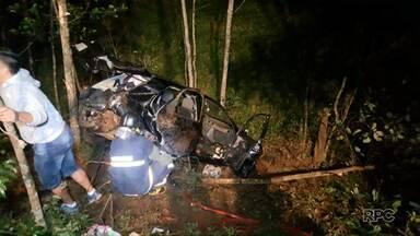 Uma pessoa morreu e outras duas ficaram feridas em acidente na PR-483 - A batida foi entre três carros, no domingo à noite.