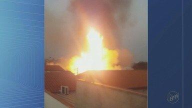 Incêndio em bambuzal assusta moradores no Planalto Verde em Ribeirão Preto - Corpo de Bombeiros combateu as chamas em poucos minutos.