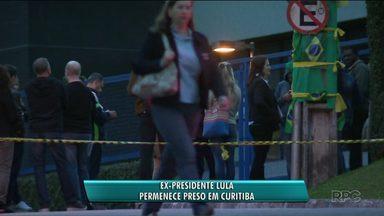 Está mantido atendimento na sede da Polícia Federal em Curitiba - Ex-presidente Lula permanece preso em Curitiba e por isso manifestantes fazem protesto no entorno da PF.