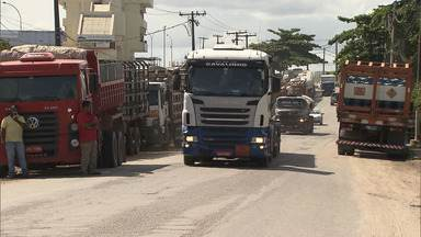 Boletim BATV: caminhoneiros e revendedores de gás fazem protesto na BA-522 - Manifestantes afirmam que precisam esperar uma semana para abastecer os caminhões.