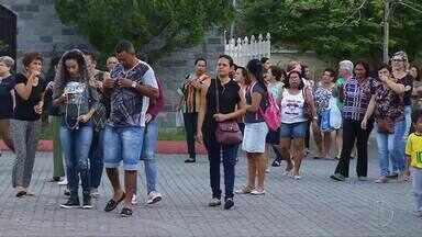 Servidores ativos e inativos de Cachoeiras de Macacu, RJ, protestam contra atraso salarial - Assista a seguir.
