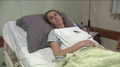 Motociclista que sobreviveu ao acidente fala sobre a recuperação no hospital - Ela fez uma cirurgia no fêmur e machucou o braço.