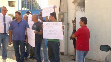 Motoristas de ambulância em São Pedro da Aldeia protestam contra atraso no salário - Assista a seguir.