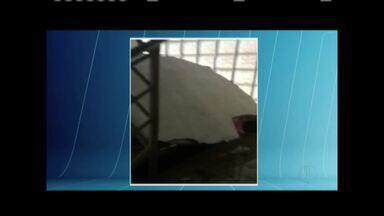 Parte do teto da Polícia Civil de Governador Valadares desabada - Concreto caiu em uma escada que dá acesso ao segundo andar da unidade.