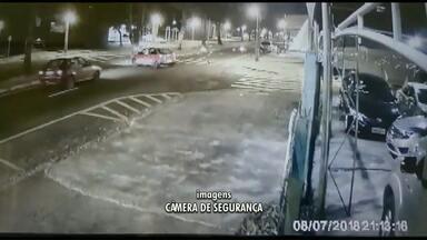 Motorista passa direto por avenida e atinge duas motos em Maringá - Imagem mostra momento do acidente, que deixou três pessoas feridas.