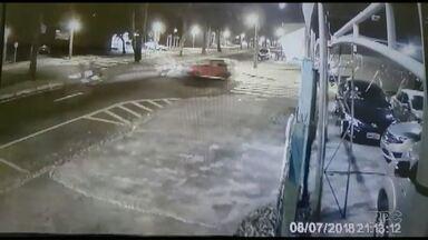 Motorista foge após avançar na preferencial e bater em duas motos - Uma mulher ficou gravemente ferida