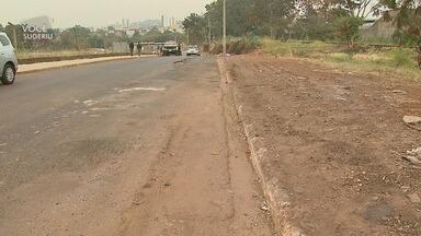 Após acidente causado por entulho, Avenida Rio Pardo passa por limpeza em Ribeirão Preto - Coordenadoria de Limpeza Urbana retirou o lixo ao redor da via.