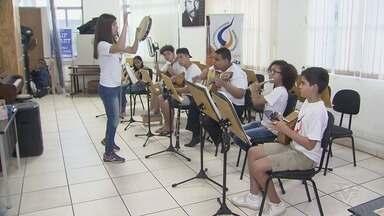 Alunos da Escola de Choro buscam ajuda para intercâmbio em Paris - Meninos da Escola de Choro e Cidadania Luizinho Sete Cordas desde muito novos se destacam na música.