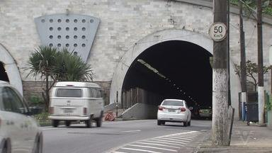 Bandidos fazem 'barricada' em túnel de Santos e provocam pânico entre motoristas - Barricada foi formada com móveis e outros objetos que impediam a passagem dos veículos. Suspeitos fugiram com a chegada da polícia. Ninguém foi preso.