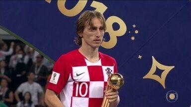 Mbappé e Modric são eleitos os craques da Copa da Rússia - O francês de 19 anos fez um gol na final, outros quatro no mundial, foi campeão, e levou o prêmio de melhor jogador jovem. O troféu de melhor do mundial ficou com o croata de 32 anos.