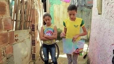 Menina de 12 anos dá aulas para outras crianças em favela do Recife - Steffany, de 12 anos, aprendeu e passa adiante a lição que Nelson Mandela deixou. Ela é professora da comunidade carente Roda de Fogo, no Recife.