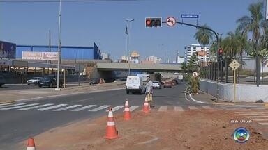 Avenida Nações Unidas tem trecho interditado para obra do DAE em Bauru - Trechos da Avenida Nações Unidas, uma das mais movimentadas de Bauru (SP), foram interditados nesta segunda-feira (16) para obras do Departamento de Água e Esgoto (DAE).
