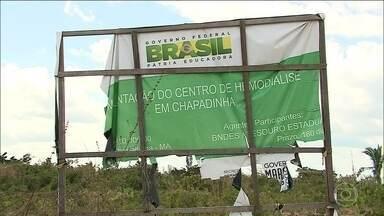 Obras de centros de hemodiálise do Maranhão estão atrasadas - O centro de hemodiálise de Chapadinha era para ter sido entregue em 2015. No ano seguinte, a Justiça determinou que o governo do Maranhão entregasse o centro em um ano, sob pena de multa. Até hoje, as obras estão abandonadas.