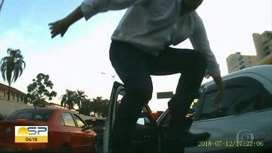 Motorista de táxi tem ataque de fúria no trânsito depois de batida em São Paulo - Taxista subiu no capô e depois bateu de propósito no carro envolvido no acidente. Fato foi no Corredor Norte-Sul na semana passada.