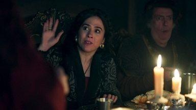 Glória e Lucrécia sentam na mesma mesa para refeição - Rodolfo se locomove com dificuldade por conta do cinto