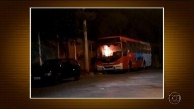 Bandidos obrigam motorista de ônibus a ficar dentro de veículo em chamas em Contagem (MG) - A vítima teve queimaduras em 60% do corpo e está internada. Ninguém foi preso.