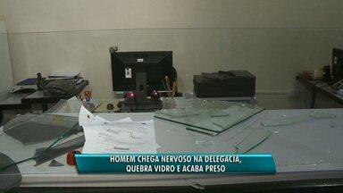 Homem chega nervoso na delegacia, quebra vidro e acaba preso - A confusão foi na delegacia de Foz do Iguaçu.