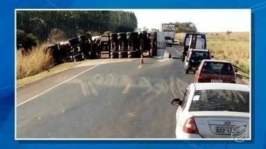 Caminhão carregado de óleo vegetal tomba na rodovia BR-163 - De acordo com a concessionária responsável pela rodovia, o acidente foi por volta das 13h (MS), no Km 562, entre o município de Bandeirantes e o Posto São Pedro, região norte do estado.