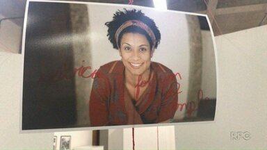 Foto de Marielle Franco, assassinada em março, é vandalizada em exposição na UEM - Reitoria tenta identificar o vândalo