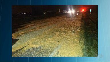 Caminhão carregado com milho tomba e provoca engavetamento na BR 376, em Ponta Grossa - De acordo com a Polícia Rodoviária Federal, o acidente foi provocado pela pouca visibilidade do local.