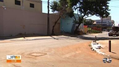 Motoristas voltam a cobrar sinalização em cruzamento no Setor Ipiranga, em Goiânia - De acordo com os comerciantes, problema acarreta acidentes no local.