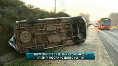 Acidente entre carreta, van e carro interdita BR-376 no Distrito Industrial em PG - Segundo a Polícia Rodoviária Federal, a falta de visibilidade pode ter causado o acidente.