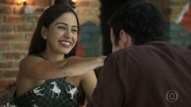 Paulo confessa a Marli que está provocando Beto intencionalmente - Getúlio finge intimidade com Marli na frente do crush e ela decide ir tirar satisfação com Paulo