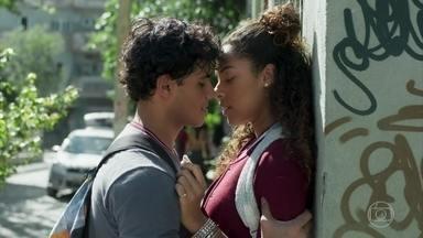 Érico e Jade se beijam - O rapaz decide acompanhar a gata até a casa dela