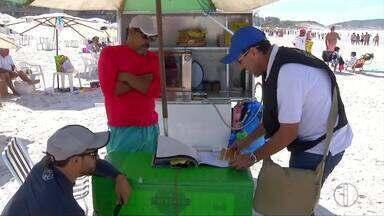 Fiscais notificam ambulantes por uso de botijões de gás em praias de Cabo Frio, no RJ - Assista a seguir.