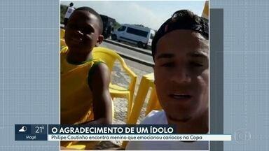 Philipe Coutinho encontra menino que emocionou cariocas durante a Copa - Wallace é morador da Vila Cruzeiro e improvisou uma camisa como o nome do jogador escrita à mão. O ídolo encontrou o jogador nesta sexta-feira (27) e o presenteou com um camisa original e um par de chuteiras.