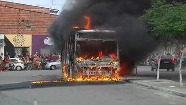 Quatro ônibus são incendiados em Fortaleza e Horizonte - Veja mais notícias em g1.com.br/ce