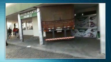 Quatro pessoas ficam feridas após caminhão invadir restaurante - Acidente foi na PR-092, entre Wenceslau Braz e Siqueira Campos.