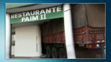 Caminhão sem freio invade restaurante e deixa feridos em na PR-092 em Wenceslau Braz - Pelo menos quatro pessoas ficaram feridas.