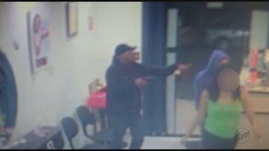Câmeras de segurança flagram assalto a salão de beleza em São Carlos, SP - Dupla armada rendeu os clientes e funcionários.