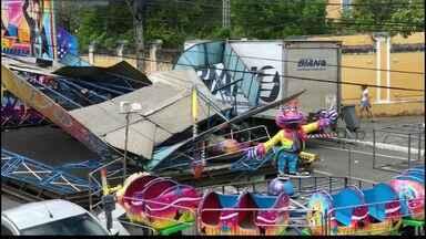 Caminhão derruba brinquedo da Festa da Neves, em João Pessoa - Trânsito no local precisou ser interditado.