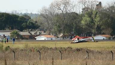 Avião de treinamento tomba na pista do aeroporto de Ponta Grossa - O avião pertence ao Aeroclube da cidade.