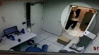 Bandidos assaltam agência de banco na zona Sul de Londrina - Os criminosos estavam fortemente armados, fizeram funcionários e clientes reféns durante a ação. Ninguém ficou ferido.