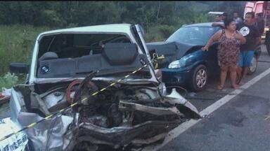 Quatro pessoas morrem e duas ficam feridas em acidente em Itariri - Carro bateu de frente com outros dois. Acidente ocorreu na rodovia Padre Manoel da Nóbrega.