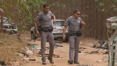 Polícia Militar descobre desmanche de veículos no meio de uma plantação em Monte Mor - Responsável pela área, homem foi preso e encaminhado à delegacia.