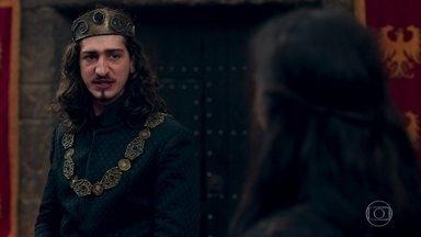 É a vez de Rodolfo dar seu depoimento no julgamento de Catarina - Lucrécia dispara ofensas contra Catarina.