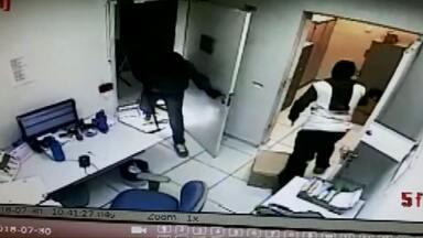 Ladrões invadem agência da Caixa Econômica e levam malotes - Eles quebraram o vidro da porta e dispararam tiros. Ninguém se feriu.