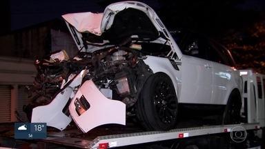 Novas imagens mostram o acidente envolvendo o zagueiro Arboleda, do São Paulo - Imagens de câmeras de segurança registraram o momento do acidente envolvendo o carro do jogador Arboleda, do São Paulo. O carro bateu numa árvore na Vila Olímpia. Duas mulheres ficaram feridas.