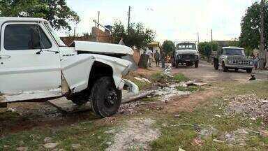 Caminhão desgovernado atinge veículos em Presidente Prudente - Acidente aconteceu no Parque Alexandrina nesta segunda-feira (30).