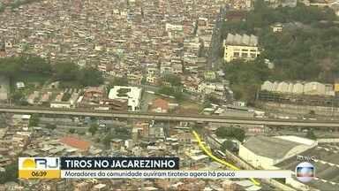 Tiros são ouvidos no Jacarezinho, zona norte do Rio - Moradores da comunidade relatam que ouviram tiros na comunidade na manhã desta terça-feira (31). Equipes da PM circulam pela região.